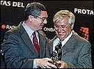 El momento más emotivo fue cuando el alcalde de Madrid recibió del de Barcelona el 'Premio a la Concordia' para el pueblo de Madrid por el 11M
