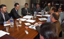 Juan Jose Delgado y Fernando Corroto de COVEPRES; Juan Pablo Mateos de Gaceta de Prensa; Miguel Garcia y Antonio de la Rosa, Presidente de la Agrupación Profesional de Vendedores de Sevilla, y otros directivos, durante la reunión