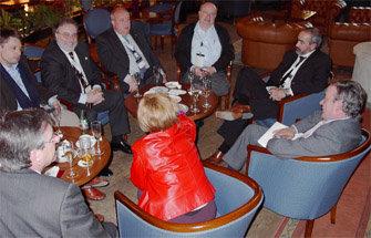 Miembros de la AEPG-ACPG, entre ellos los presidentes Pere Gayan y Mateu Ros, conversan con el Director General de la OJD, Eusebio Serrano, durante un descanso de las ponencias del Congreso de Editores