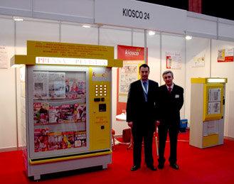 Luis Marin Barreiro (Izda) Director Comercial de Kiosco24, junto a Jorge Fernández Amoedo, Gerente de Kiosco 24, en su Stand durante el Congreso