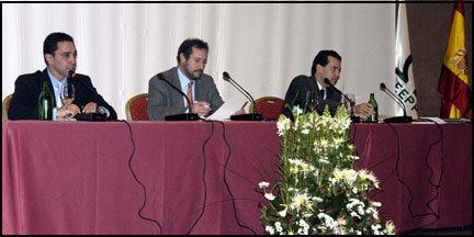 (De Izda. a Dcha.) Marcos Bohórquez, Director General de Gacetas Locales; 'El Publicista', moderador; Juan Pablo Mateos Abarca, Director General de Gaceta de Prensa