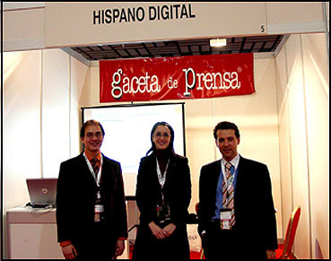 Gaceta de Prensa acompañó a Hispano Digital durante el Congreso de Editores. En la imagen, Juan Pablo Mateos, Director de Gaceta de Prensa, junto a un programador y una azafata