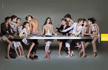 """La imagen de la polémica emula el cuadro de Leonardo Da Vinci """"La última cena"""", con modelos sustituyendo a los doce apóstoles y a Jesucristo"""
