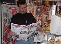 'Jhonny', como es conocido popularmente, propietario de la Libreria Castillo,  leyendo Gaceta de Prensa durante el evento