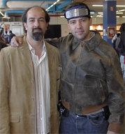 Emilio Gonzaño (Izda.) Director de Expomanga 05, y Juan Pablo Mateos, Director de Gaceta de Prensa, con un curioso casco 'Lector de Pensamientos' durante la Exposición