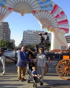Antonio de la Rosa, junto a su esposa y su nieto, a la entrada del portalón de la Feria de Sevilla
