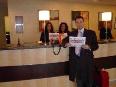 Las encantadoras recepcionistas del Hotel Crowne Plaza de Chicago, donde descansé después de más de 24 horas de espera, vuelo y desespero. Con dos 'gacetas' y un folleto de Kiosco24.
