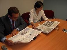Andrés Blanquet y Luisa Fonseca leyendo con interés el último número de Gaceta de Prensa. En especial, la página dedicada al Grupo Recoletos y su cabecera QUE!, en conflicto con los puntos de venta españoles
