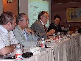 (De Izda. A dcha.) Juan Ramón Hidalgo, abogado de la AEPG; Miguel Pol, Vice-Presidente; Pere Gayán, Presidente y Juan Pablo Mateos, Secretario General, durante la presentación de Propuestas y Objetivos de la Asamblea General de la AEPG para los años 2005-2006