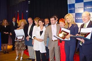 En la imagen, los premiados, en el centro, Arsenio Escolar, Director Editorial de '20Minutos', periódico gratuito premiado por ser el más leído de Madrid