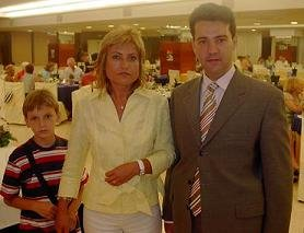 Ana Isabel Valle Moya, Presidenta de la Asociación Profesional de Vendedores de Prensa de Valencia y Provincia, con Juan Pablo Mateos, Director de Gaceta de Prensa, y un joven invitado a la Cena