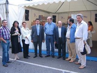 Miembros de la Junta Directiva de Kiasa, junto al Presidente de Kiasa, Avelino Rodríguez (centro); el Presidente de los vendedores de prensa de Elche , Juan Domingo (a su izquierda) y Juan Pablo Mateos, director de Gaceta de Prensa (a su derecha)