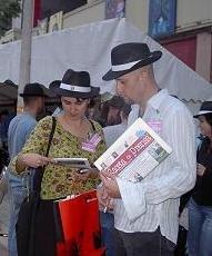 Escritores y editores profesionales del Grupo Zeta leen la revista 'Gaceta de Prensa' durante la Semana Negra de Gijón