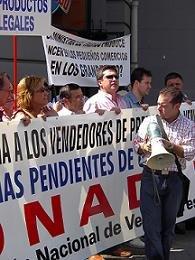 Antonio Sande, Presidente de CONADIPE (Dcha.), conversa con Ana Valle, Presidenta de los Vendedores de Prensa de Valencia, tras la pancarta