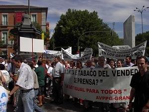 En la imagen la pancarta de la Asociación de Vendedores de Prensa de Granada adscrita a CONADIPE, en la que se lee 'LA LEY IGUAL PARA TODOS', contra la exclusión del punto de venta en la distribución del tabaco