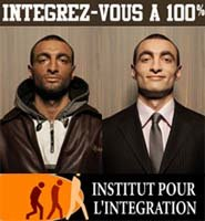 Uno de los carteles invita a los inmigrantes a cambiar de color para integrarse