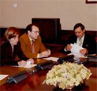 (de Izda. a Dcha) Eva Sáez y Celestino Suárez, diputados del PSOE; junto a Juan Vicioso, Presidente de COVEPRES