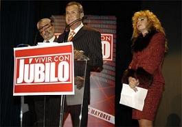 El presidente de Júbilo, Rafael Navas, flanqueado por los dos presentadores de la gala, Andrés Resino y Victoria Vera