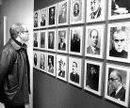 Un visitante contempla las fotografías de los primeros directores de los diarios de la región.
