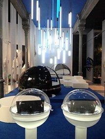 Una decoración futurista presentó los últimos modelos de notebook, dentro de globos de plástico.